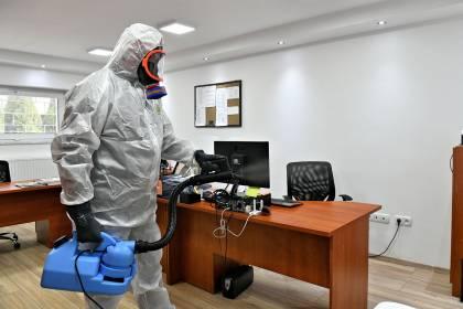 Dezynfekcja biura środkiem biobójczym przez zamgławianie